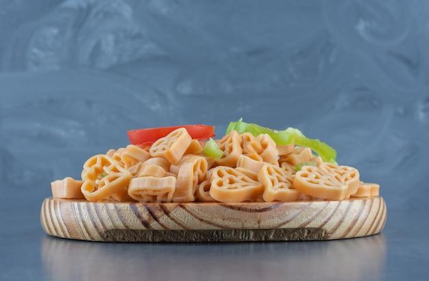 ハート型パスタと野菜を使った自家製ディナー。