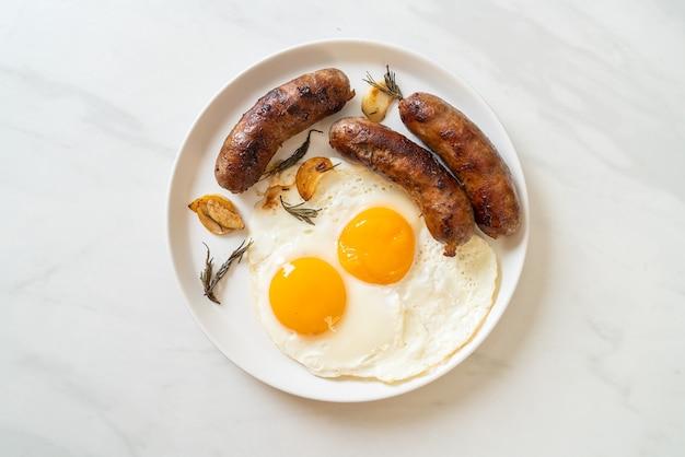 自家製の目玉焼きとポークソーセージの炒め物-朝食用