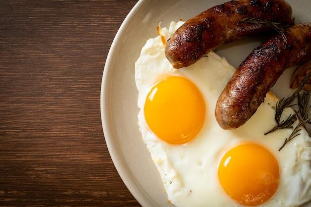Домашняя двойная жареная яичница с жареной свиной колбасой - на завтрак