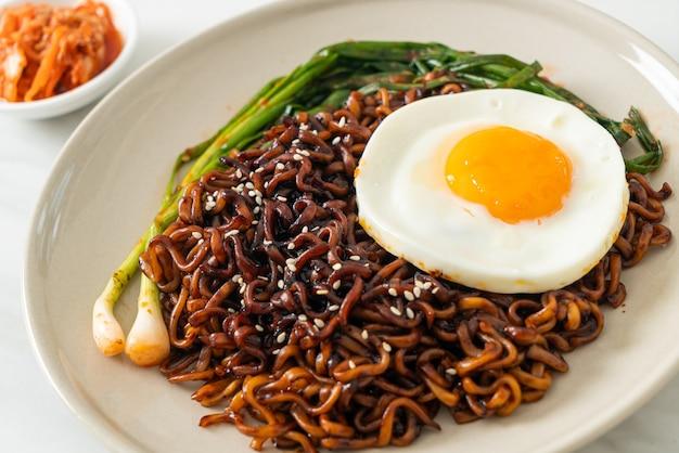 目玉焼きとキムチを添えた自家製乾燥韓国辛黒醤油即席めん
