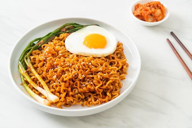 계란 후라이를 곁들인 수제 건조 한국 매운 인스턴트 라면