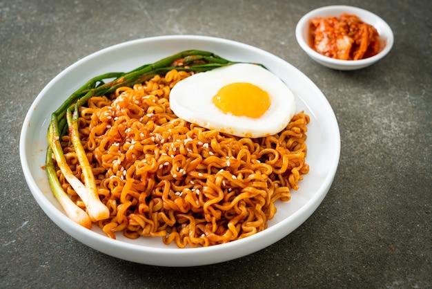 Домашняя сушеная острая корейская лапша быстрого приготовления с жареным яйцом