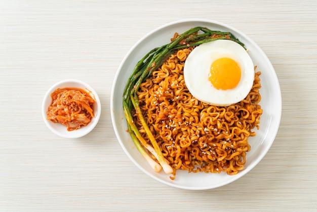 Домашняя сушеная острая корейская лапша быстрого приготовления с жареным яйцом Premium Фотографии
