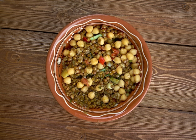 홈메이드 이스트 웨스트 렌틸 스튜 - 멕시코 및 인도 풍미 음식