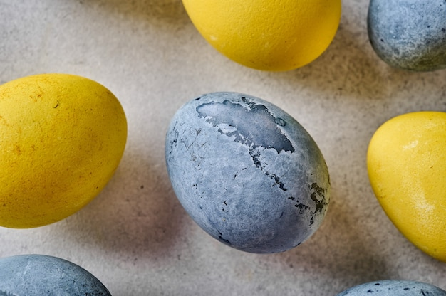 自家製イースター色の黄色と灰色の大理石の卵