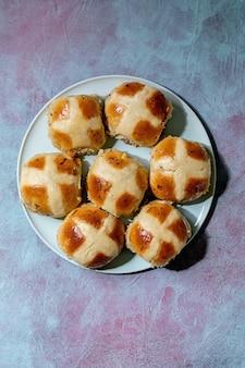 세라믹 접시에 만든 부활절 전통적인 뜨거운 십자가 빵