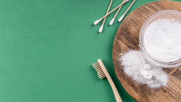 Prodotti per la pulizia ecologici fatti in casa e spazzolino da denti