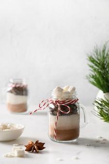 チョコレートドリンクを作るためのガラスの瓶に入った自家製の食用クリスマスギフト。