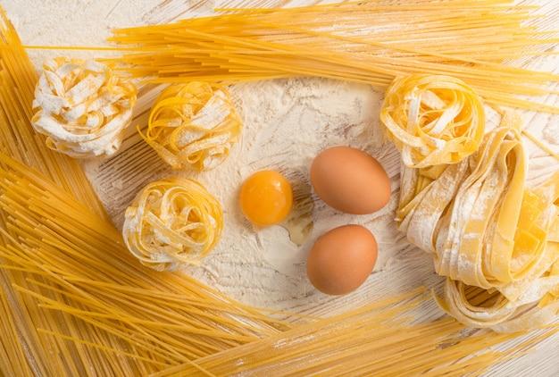 Вид сверху приготовления домашней яичной пасты