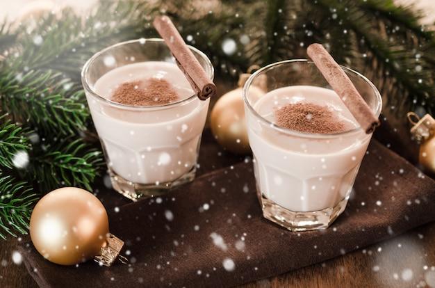Самодельный eggnog коктейль в канун рождества.