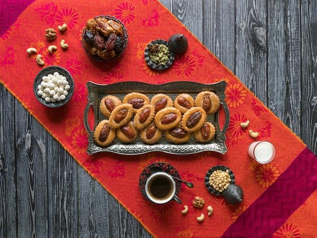 黒い木製のテーブルに自家製イードデートのお菓子