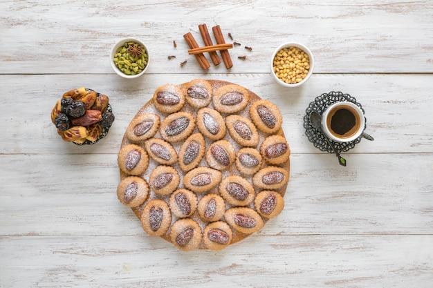 木製のテーブルに自家製イードデートのお菓子