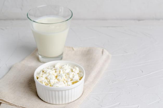 ケフィアまたはブルガリア人とカッテージチーズのガラスの自家製発酵飲料
