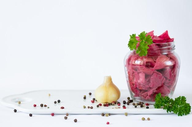 유리 항아리에 천연 비트 뿌리 염료로 만든 발효 양배추 소금에 절인 양배추