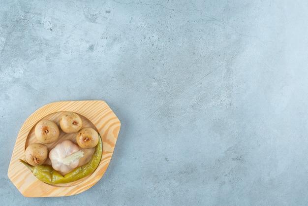 大理石の表面の木板に自家製発酵野菜