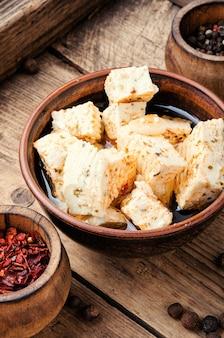 허브를 곁들인 홈메이드 페타 치즈
