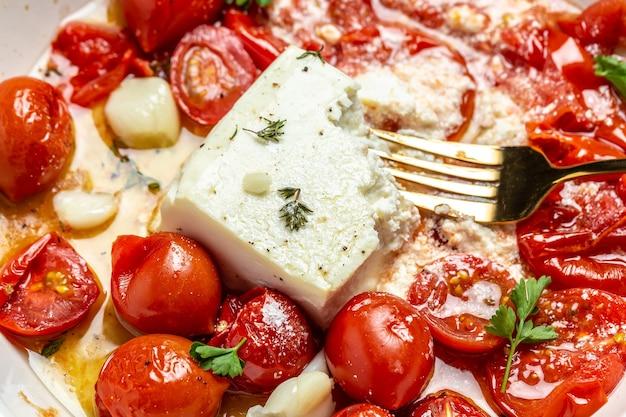 自家製フェタパスタ、オーブンで焼いたチェリートマト、フェタチーズとオリーブオイル