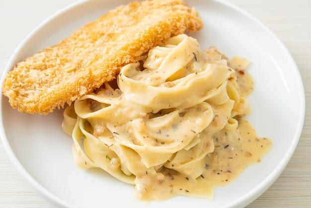 Домашняя паста фетучини, белый сливочный соус с жареной рыбой