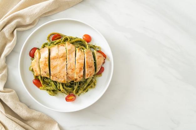 Домашняя паста спагетти фетучини в соусе песто с курицей гриль
