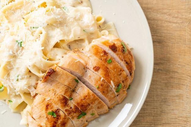 Домашняя паста феттуцине белый сливочный соус с жареной курицей