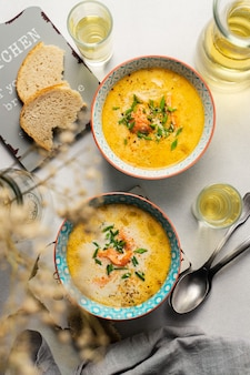 Домашний финский суп из лосося со сливками, подается с белым вином