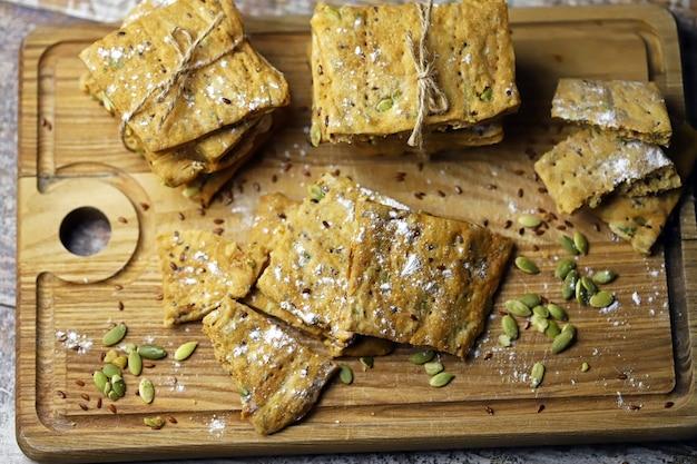 Домашнее печенье фитнеса на деревянной доске.
