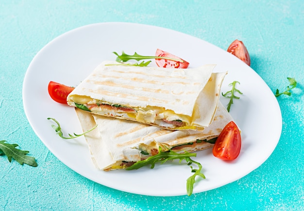 ハム、卵、チーズ、トマト、グリーンハーブを使った自家製フラットブレッド Premium写真