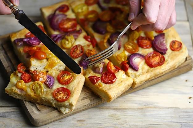 チェリートマトと青玉ねぎの自家製フォカッチャ。