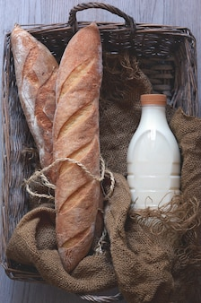 Домашний французский багет с молочным деревенским стилем