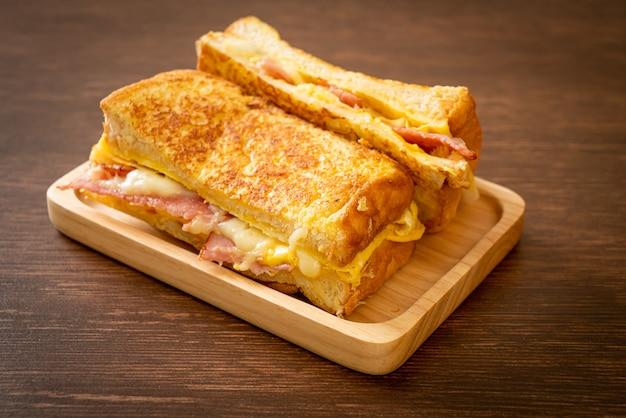 自家製フレンチトーストハムベーコンチーズサンドイッチと卵