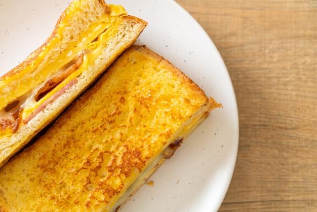 Домашний французский тост сэндвич с ветчиной, беконом, сыром и яйцом