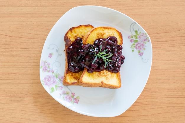 Домашние французские тосты с черникой на тарелку.