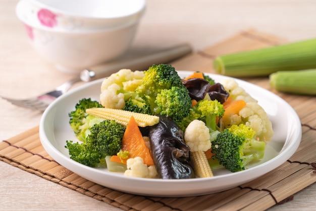 カリフラワー、ブロッコリー、黒きくらげ、ベビーコーンを使った自家製の新鮮なゆで野菜、健康的な食事のライフスタイルのコンセプト。