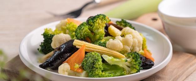 콜리 플라워, 브로콜리, 검은 곰팡이 및 아기 옥수수, 건강한 식생활 라이프 스타일 컨셉으로 만든 신선한 삶은 야채.