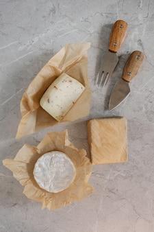 회색 콘크리트에 만든 신선한 치즈