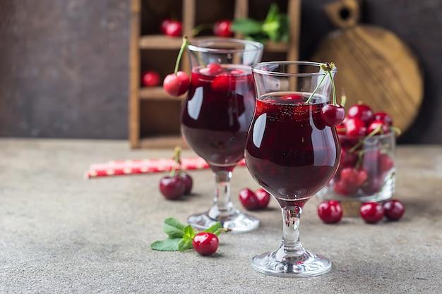 素朴なスタイルの新鮮なベリーとグラスで自家製の新鮮なチェリージュース。