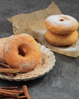계피와 설탕을 뿌린 홈메이드 신선한 프라이드 도넛. 텍스트를 위한 공간 복사