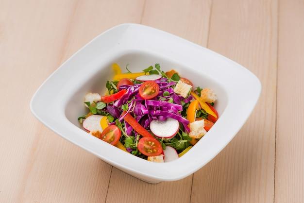 テーブルの上の自家製の新鮮な緑の野菜サラダ。