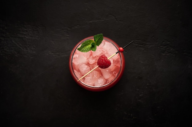 Домашний свежий ледяной лимонад с малиной и мятой на деревянном столе летний полезный напиток