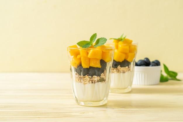 Домашнее свежее манго и свежая черника с йогуртом и мюсли - стиль здорового питания