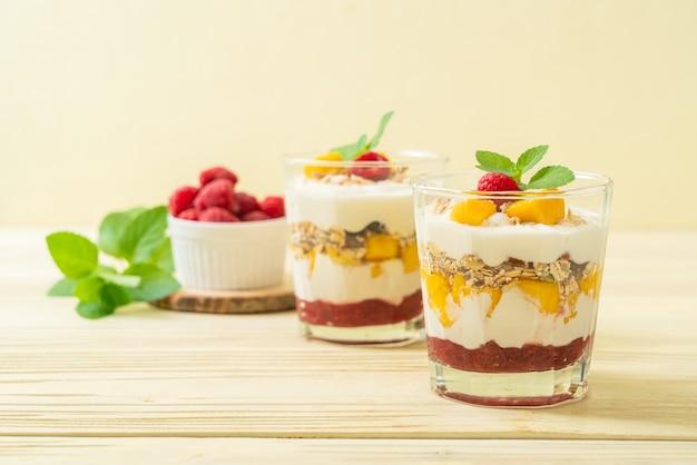 Домашнее свежее манго и свежая малина с йогуртом и мюсли - стиль здорового питания