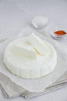 Домашний свежий мягкий сыр брынза или фета с перцем чили и морской солью