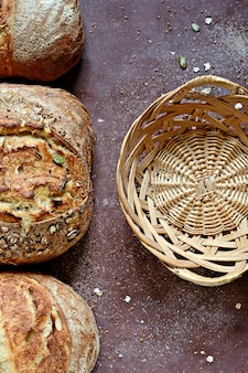 小麦と全粒粉から作られた自家製の焼きたてのパン