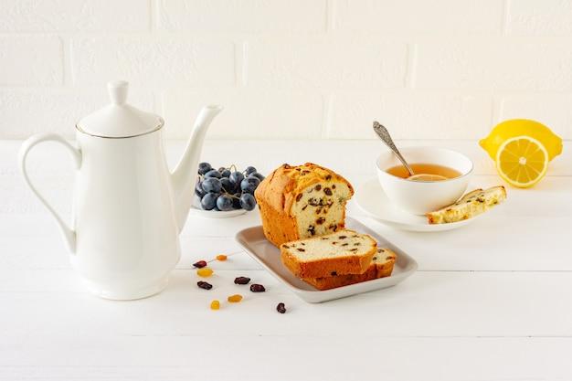 건포도와 함께 홈메이드 갓 구운 케이크 덩어리. 차 또는 커피에 대한 전통적인 치료입니다. 파운드 케이크. 맛있는 아침 식사.