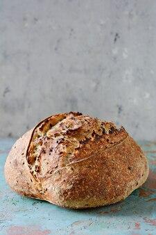 小麦と全粒粉で作った自家製焼きたての国のパン
