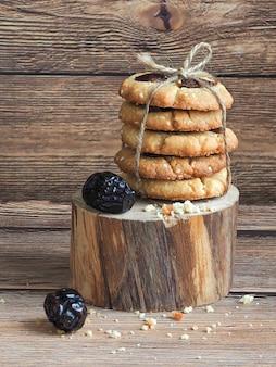 Домашние свежеиспеченные семена тахини и кунжута с финиковым печеньем
