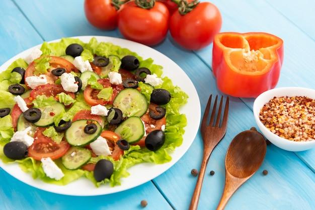 さまざまな調味料を使った青い空間に自家製の作りたてのギリシャ風サラダ。