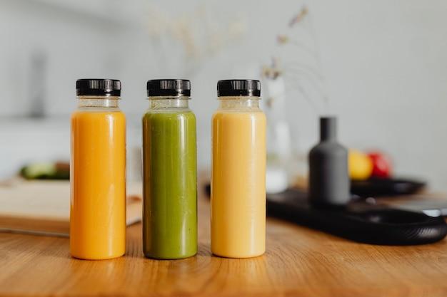Домашний свежевыжатый сок в бутылках на столе