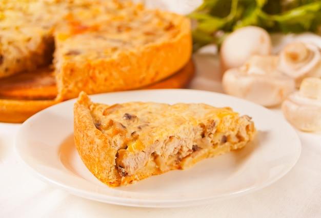 Домашний свежеприготовленный французский пирог с заварным кремом пирог лотарингии с курицей и грибами.