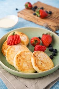 농축 우유와 딸기, 선택적 초점으로 만든 튀긴 치즈 케이크